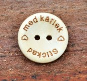 "Button wooden ""Stickad med kärlek"" 20 mm"